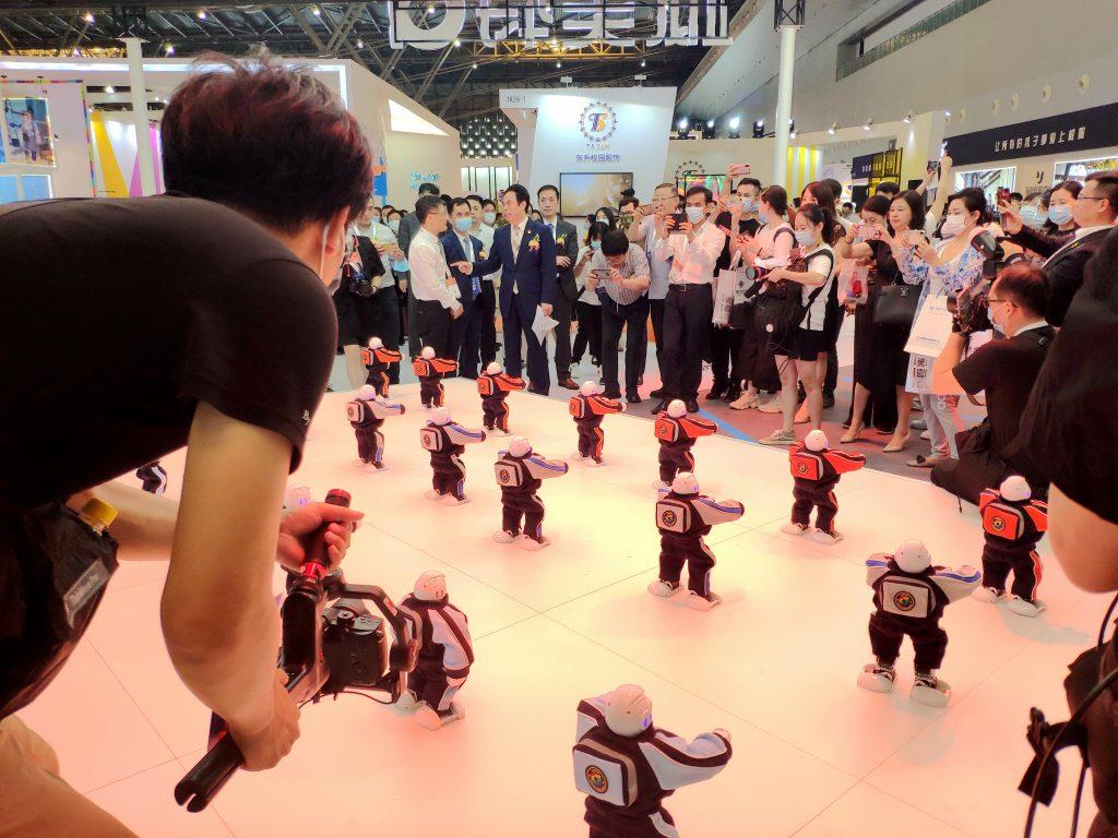 穿上学生装的机器人成为校园展最靓的仔