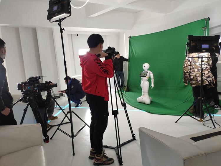 Pepper机器人助力罗氏检测拍摄2021年会宣传片